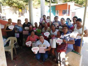 60 Mujeres del barrio Luis R. Calvo se capacitan en realización de artesanías